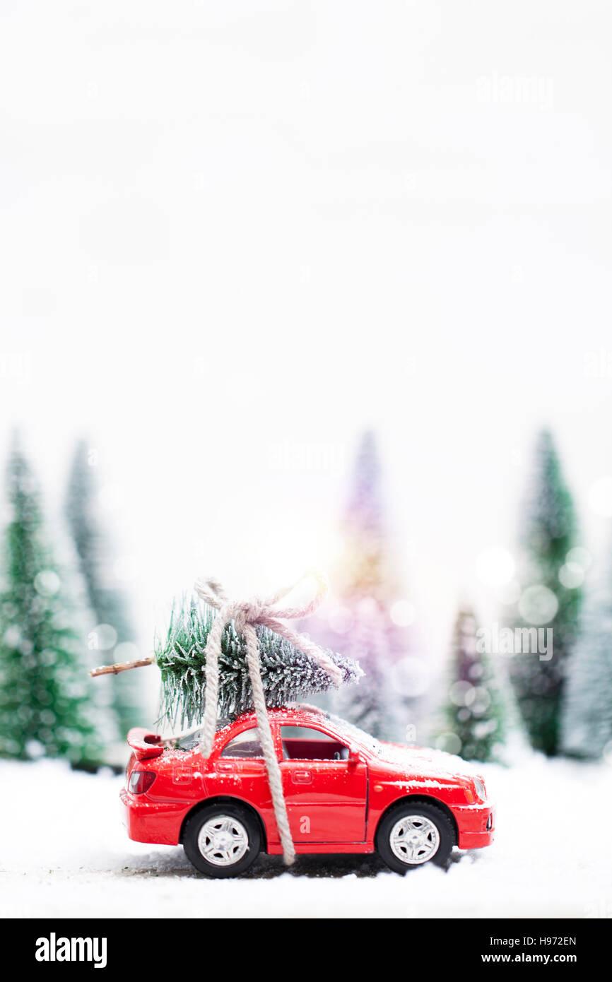 verschneiten winterwald mit miniatur roten wagen mit einem. Black Bedroom Furniture Sets. Home Design Ideas