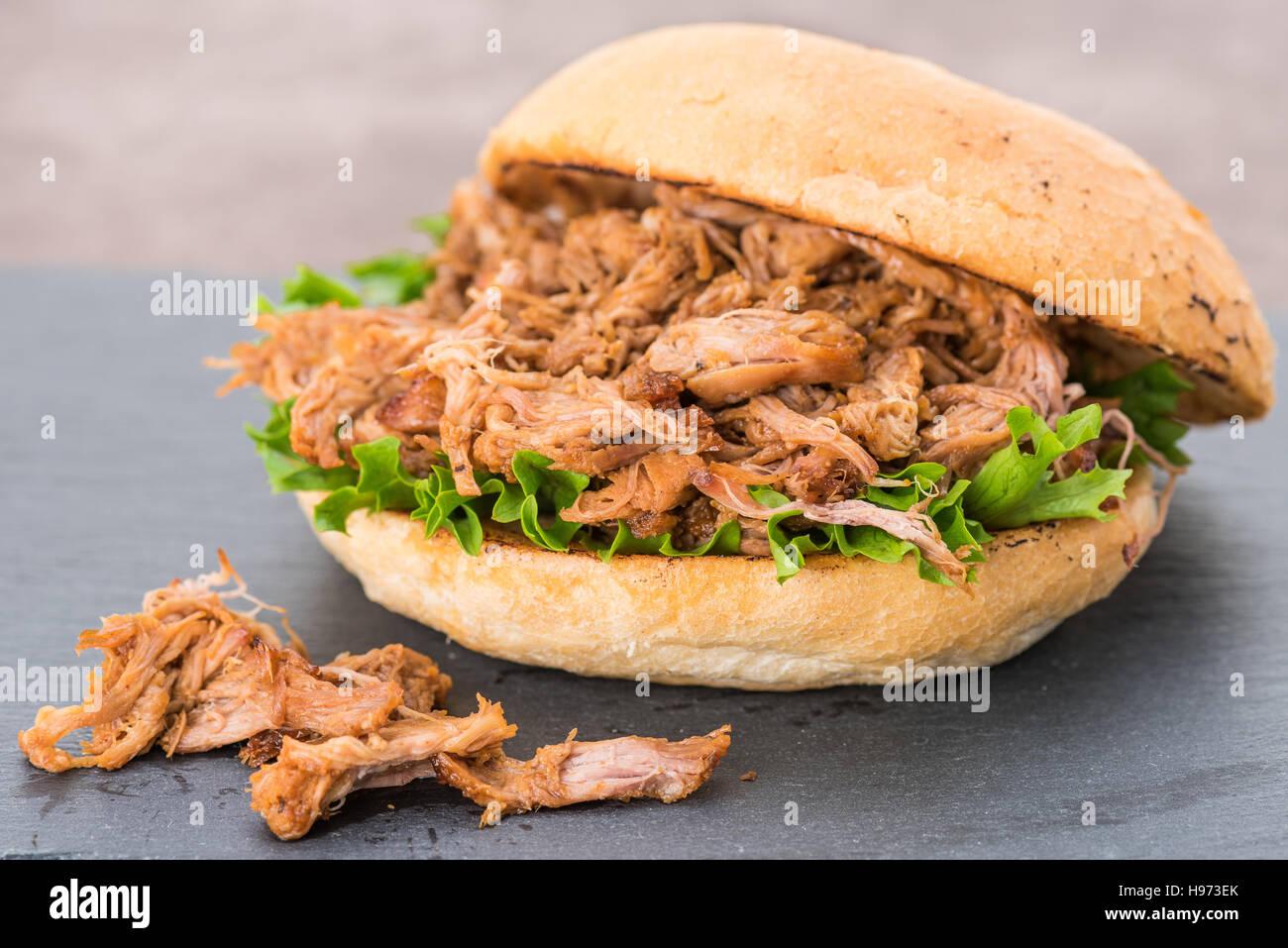 Ein Barbecue Schweinefleisch Sandwich in einem Brot Brötchen gezogen Stockbild