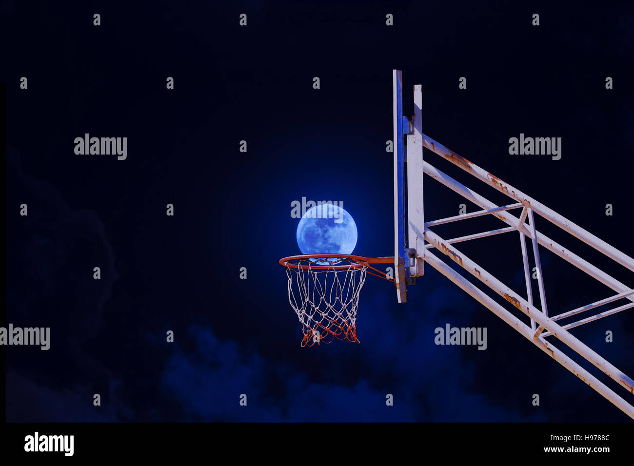 Mond in einen Basketballkorb. Stockfoto