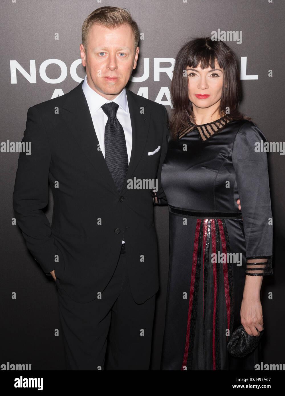 New York City, USA - 17. November 2016: Komponist Abel Korzeniowski und Mina Korzeniowska besuchen die 'Nachttiere' Stockbild