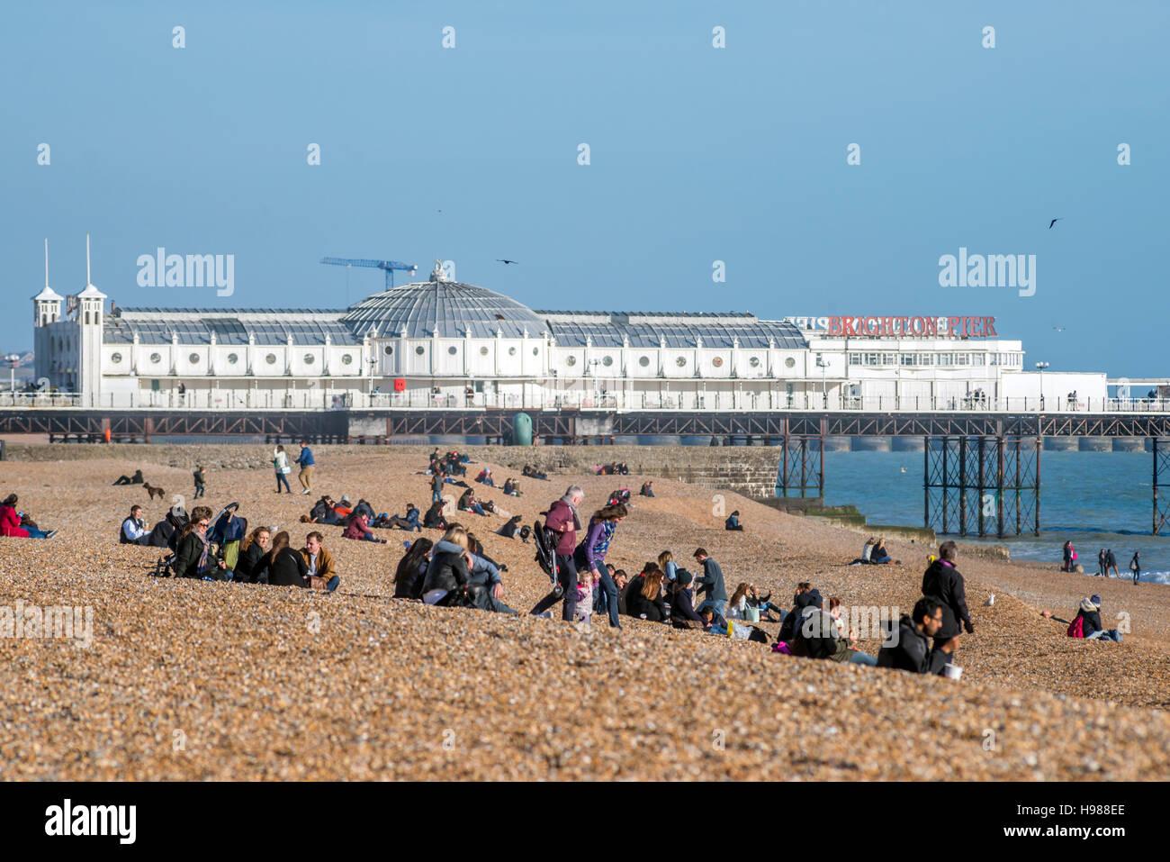 Brighton Strand an einem sonnigen Frühlingsmorgen Stockbild