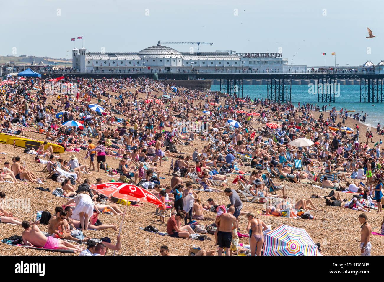 Brighton Strand an einem sonnigen Frühlings-Nachmittag Stockbild