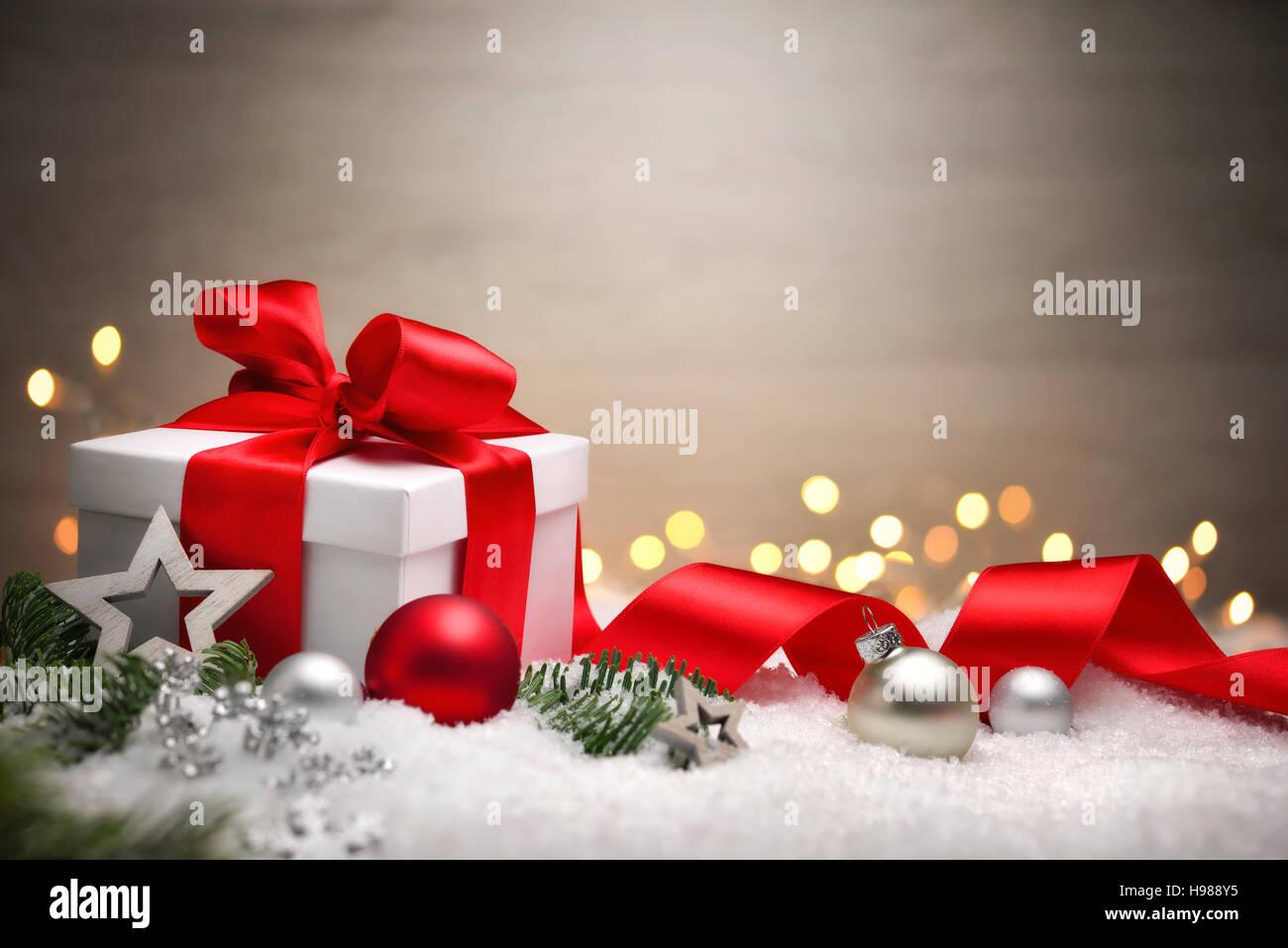 Weihnachtsszene mit einem weißen Geschenk Box, rot Bogen und ...
