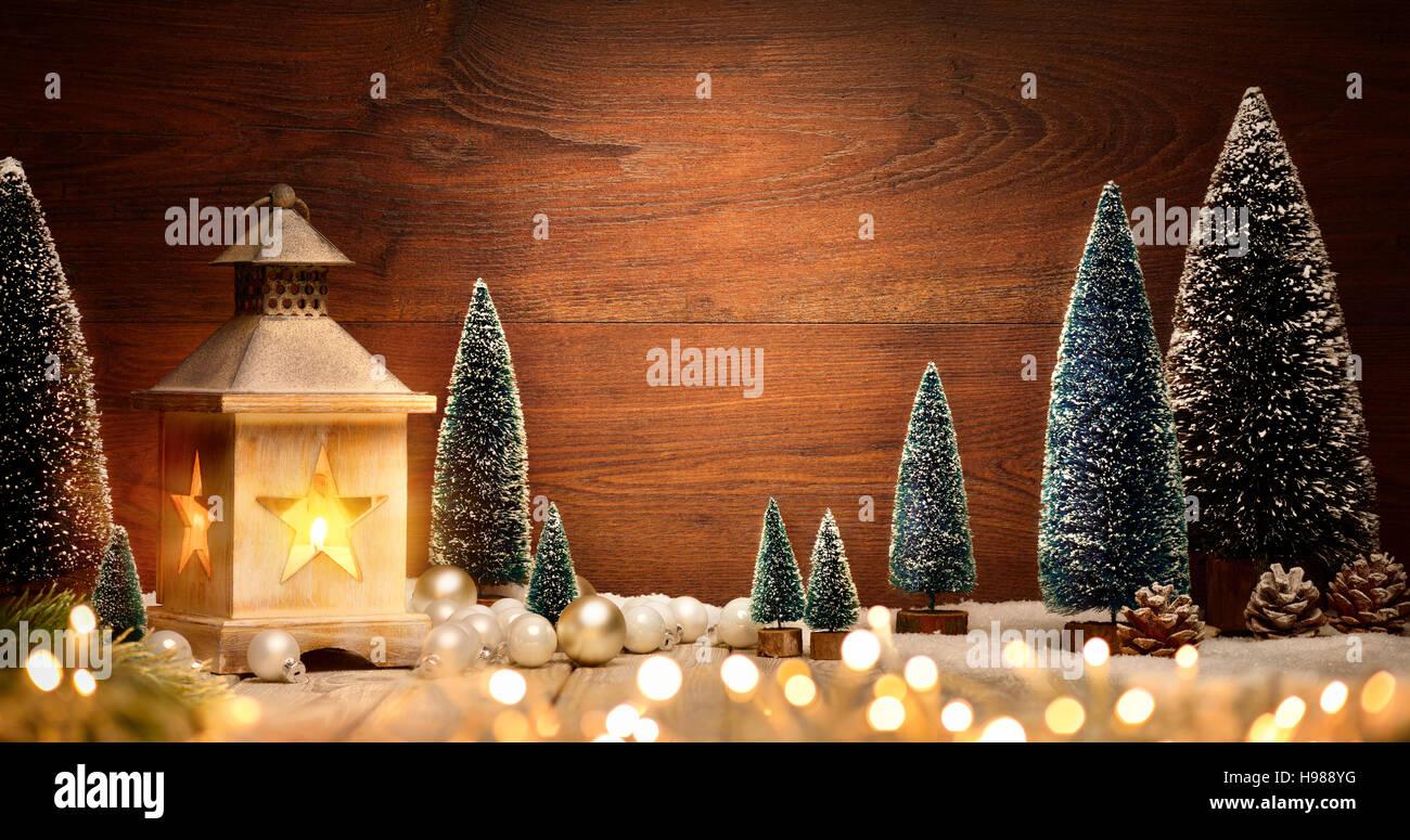 Weihnachtsszene mit einer Laterne, Bäume, Kugeln und unscharfen ...