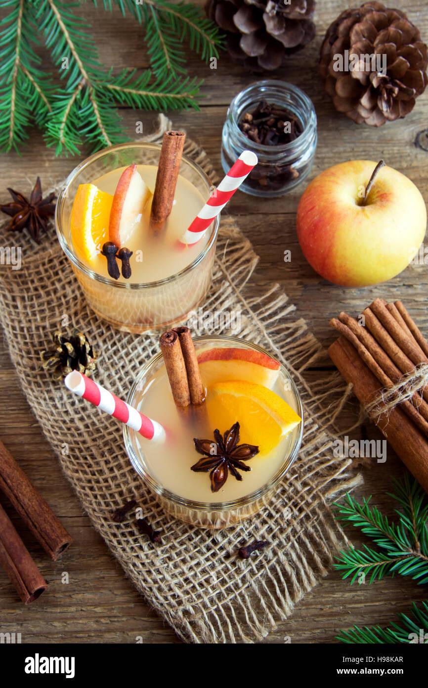 Hot Toddy (Apfel orange rum-Punsch) zu trinken, zu Weihnachten und Winterurlaub - festliche Weihnachten hausgemachte Stockfoto