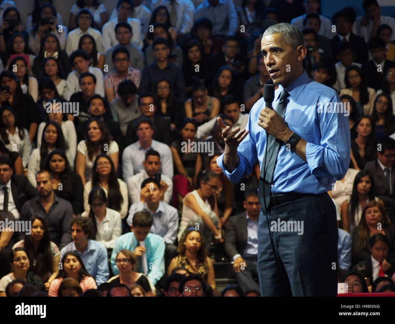 Lima, Peru. 19. November 2016. Barack Obama, Präsident der Vereinigten Staaten von Amerika, behandelt eine Stockbild