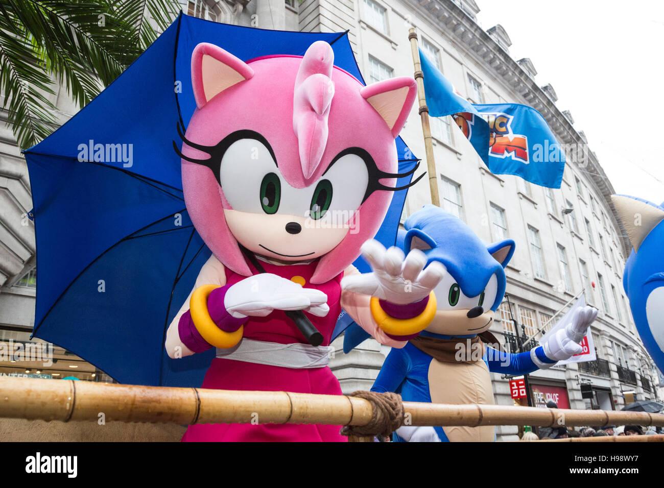 London, UK. 20. November 2016. Amy Rose und Sonic the Hedgehog. Die ...