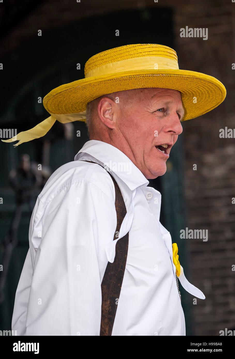 Porträt von Herrn Engel Hopman, Mitglied der Käse Träger Guilde tragen eines gelben Hut, Käsemarkt Stockbild