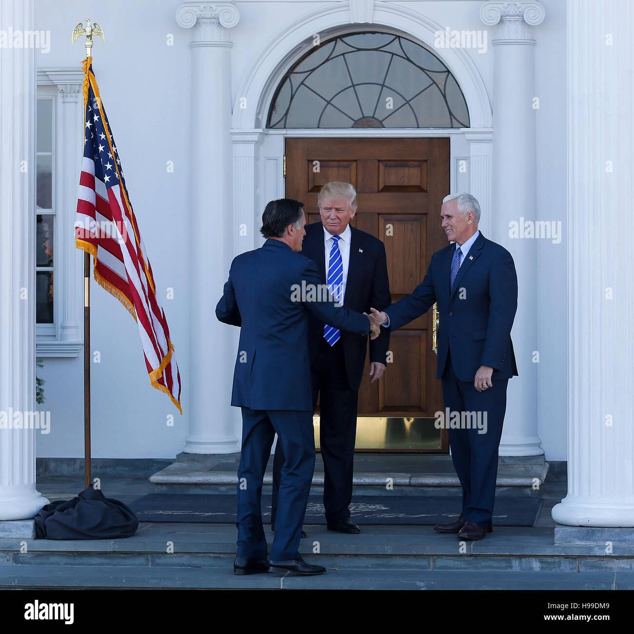 Designierter Donald Trump und Vice President elect Mike Pence Mitt Romney am Clubhaus im Trump International Golf Club, 19. November 2016 in Bedminster Township, New Jersey zu begrüßen. (Aude Guerrucci / Pool) *** Bitte verwenden Kredit von Kredit-Bereich *** Stockfoto