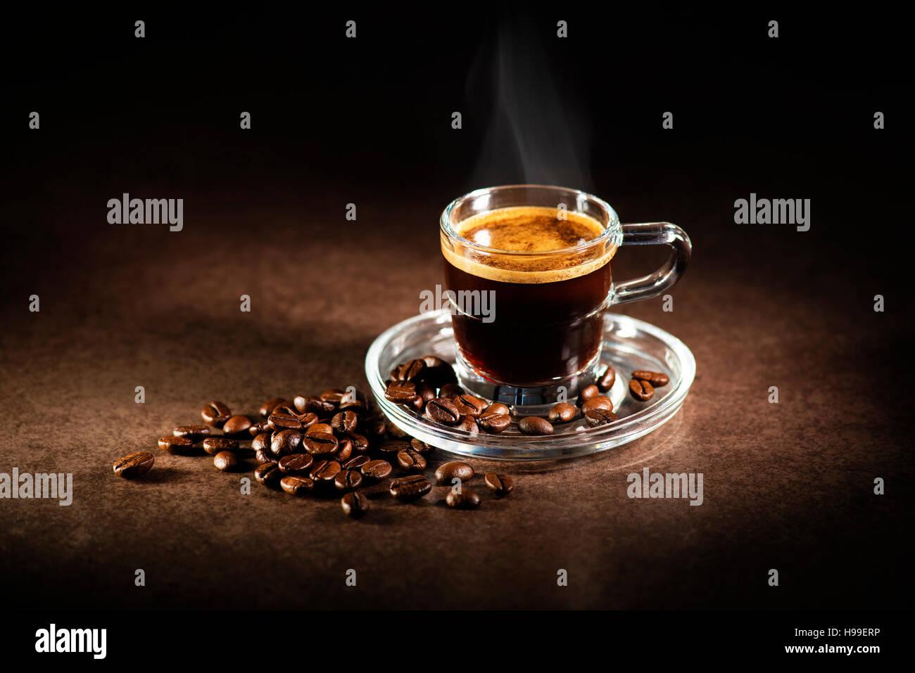 Tasse Espresso-Kaffeemaschine auf dunklem Hintergrund. Stockbild