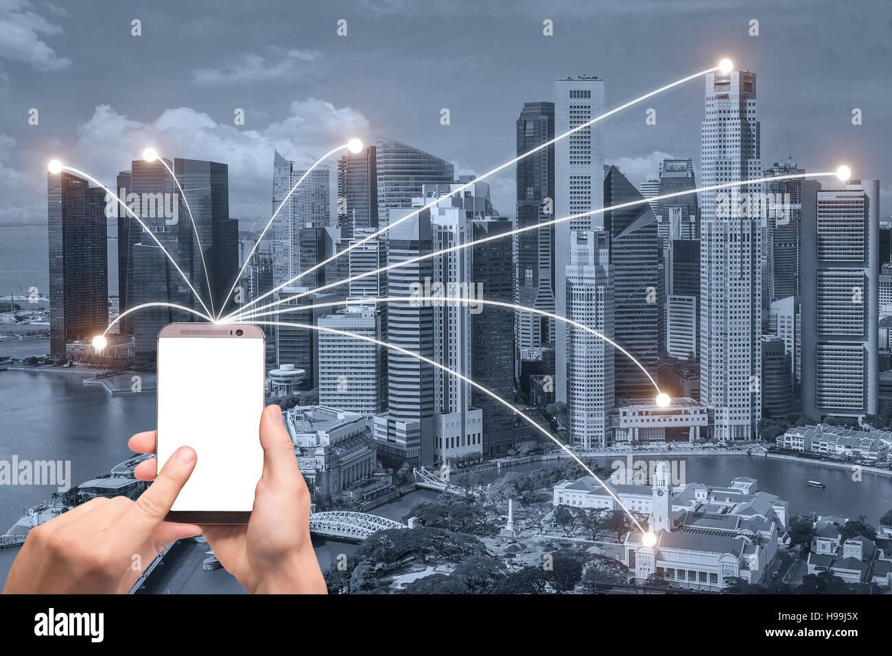 Hand mit Smartphone und Singapur Stadt mit Netzwerkverbindung. Smart-City-Netzwerk-Verbindung-Konzept. Stockbild