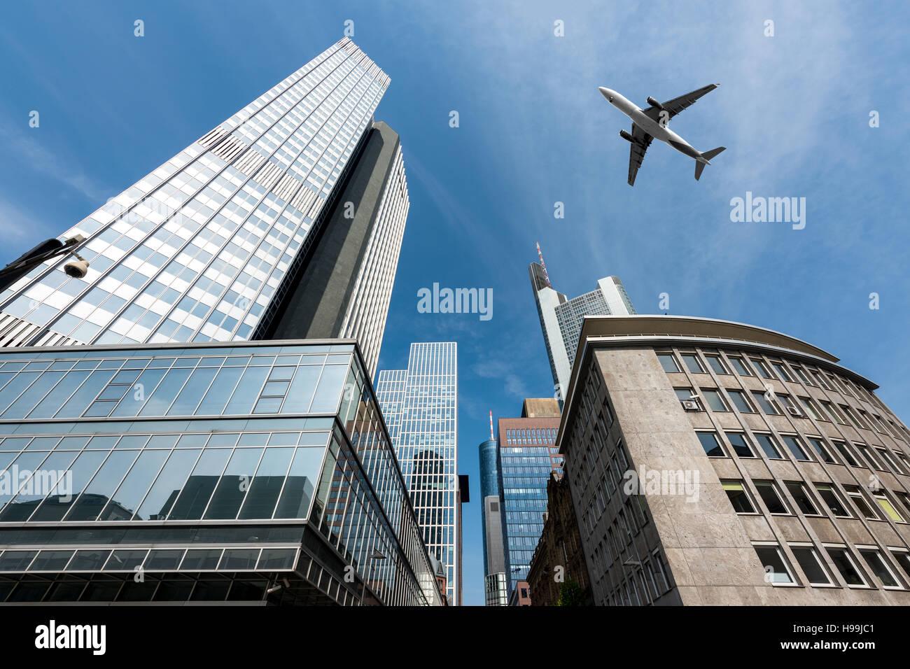 Morgen Frankfurt frankfurter wolkenkratzer gebäude und ein flugzeug fliegen overhead