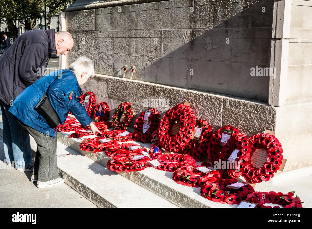 Ein Ehepaar mittleren Alters zahlen ihren Respekt am Cenotaph in Whitehall in London, Großbritannien Stockbild