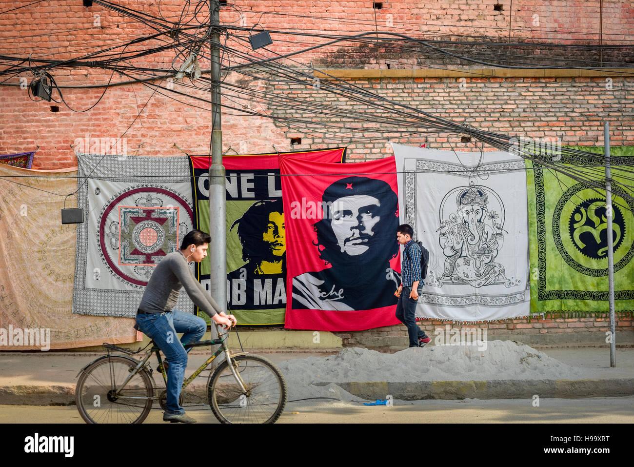 Banner Fahnen Che Guevara und Bob Marley auf den Verkauf in einer der Straßen von Kathmandu, Nepal. © Stockbild