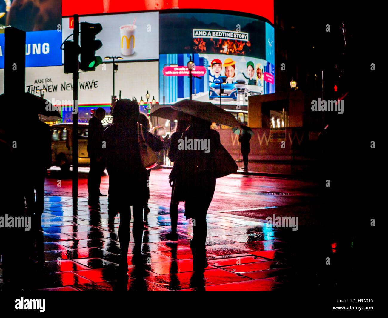 Regen reflektiert Licht der Piccadilly Circus im Zentrum von London Stockbild