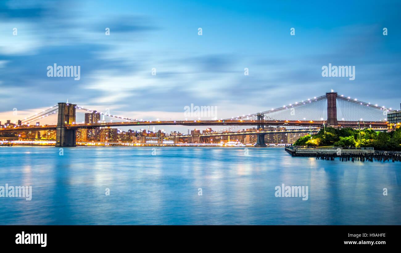 Brooklyn Bridge und Manhattan Skyline in der Abenddämmerung auf Pier2 Park in New York City Stockbild