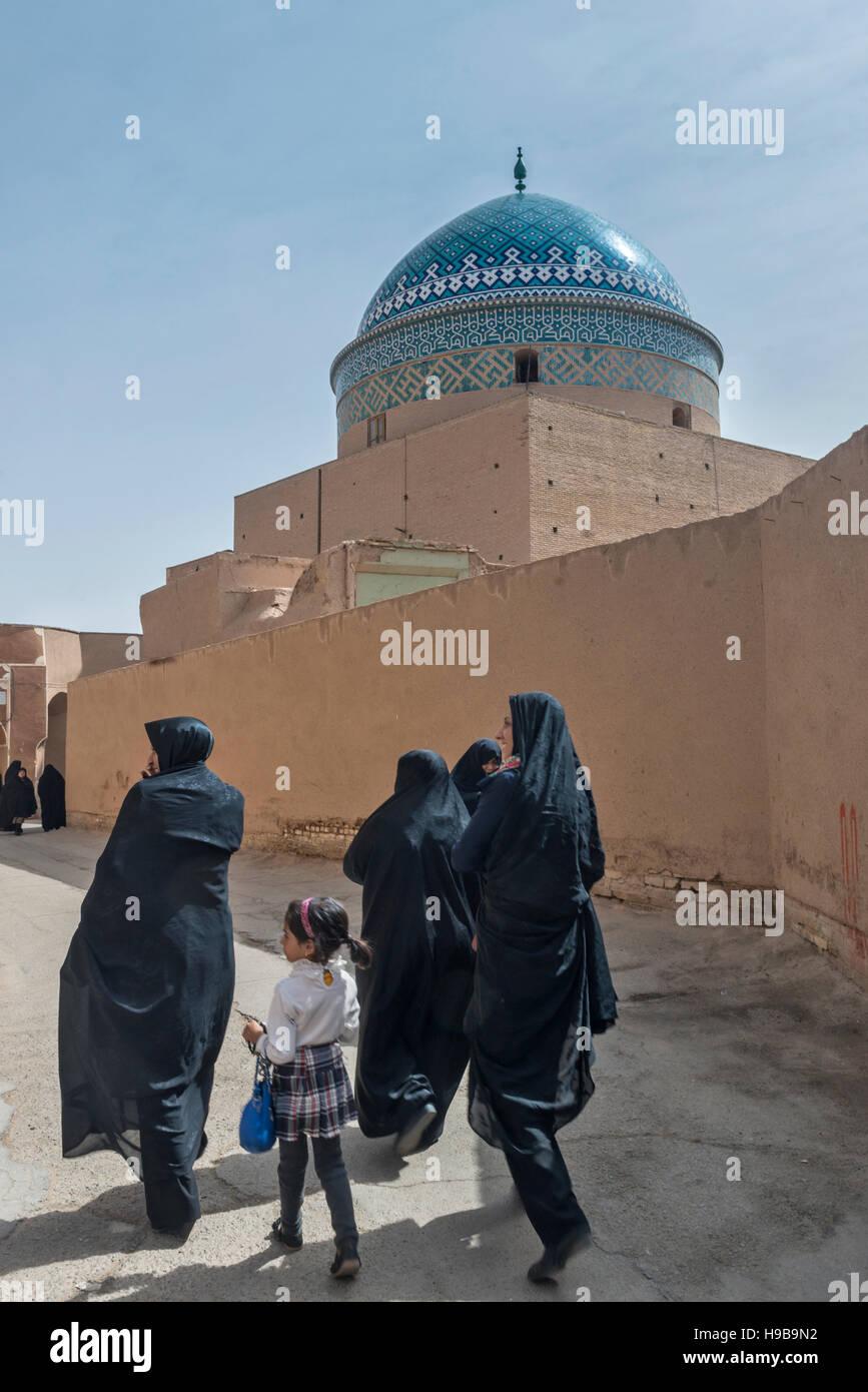 Frauen zwölf Imam Mausoleum Yazd im Iran Stockbild