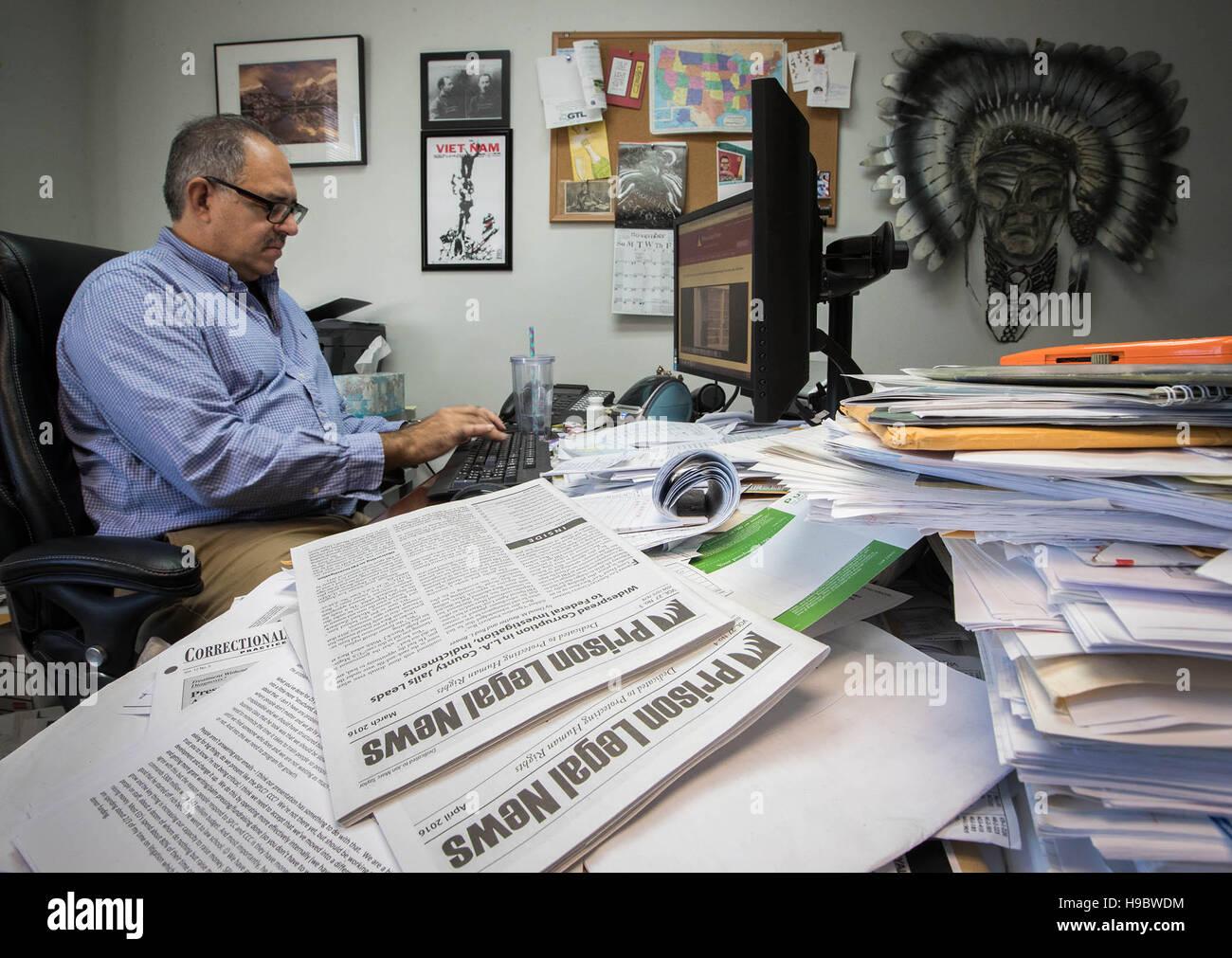 Lake Worth, Florida, USA. 22. November 2016. Gefängnis Legal News veröffentlicht seit 1990, wenn ihr Gründer, Lake Worth native Paul Wright eine Tracht Prügel innerhalb einer Washington State Prison erlebt. Er war ein Häftling, Zeit für den Mord an einem Drogendealer, und niemand schien, in den Medien zu sorgen, so dass er es sich selbst eingegeben. Siebzehn Jahre später, er habe aus dem Gefängnis, Verlagswesen, gehalten und zog das Magazin Hauptquartier in seine Heimatstadt in Lake Worth, Florida. © Allen Eyestone/der Palm Beach Post/ZUMA Draht/Alamy Live-Nachrichten Stockfoto