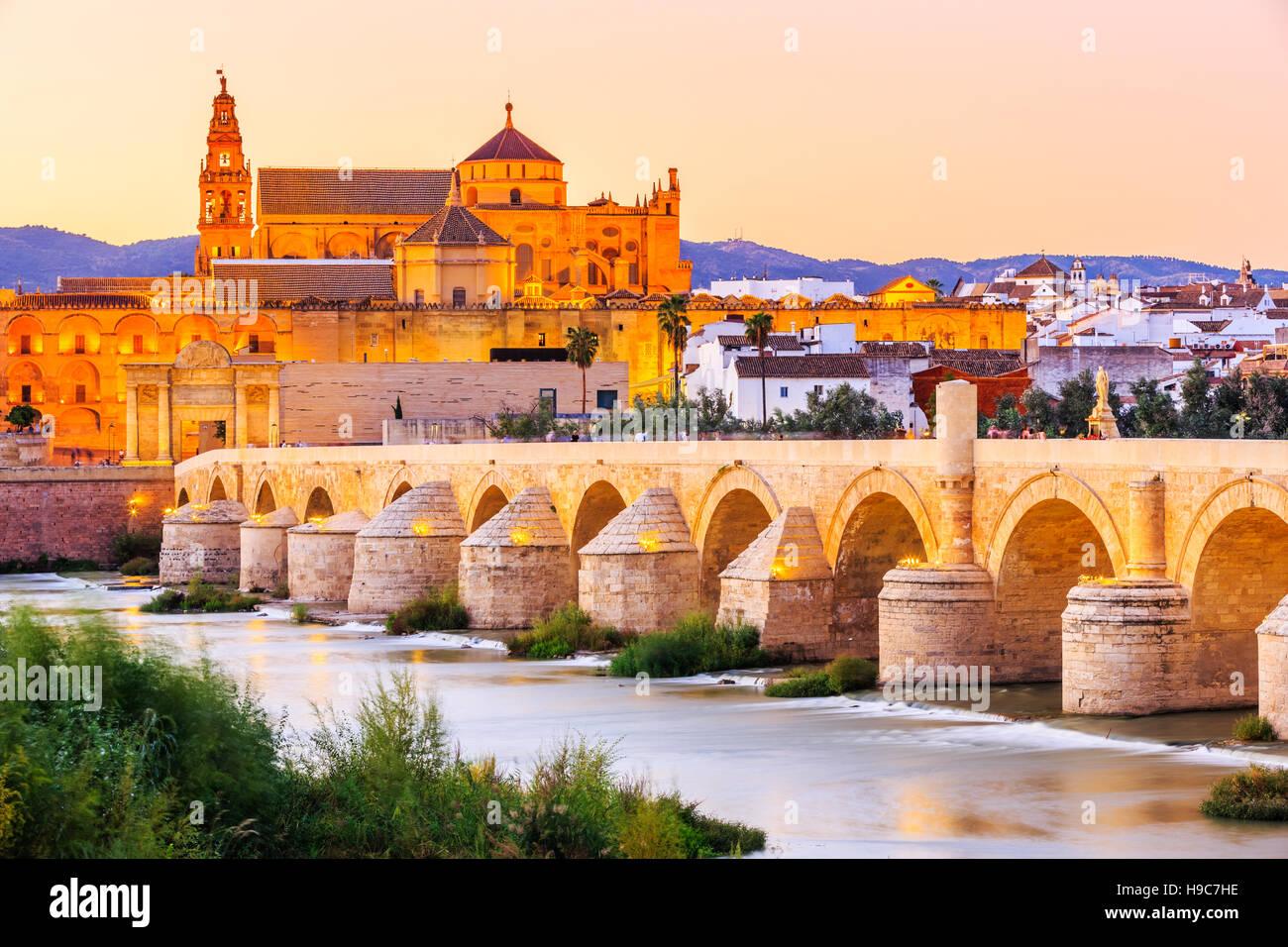 Córdoba, Spanien. Römische Brücke und Moschee-Kathedrale am Fluss Guadalquivir. Stockbild