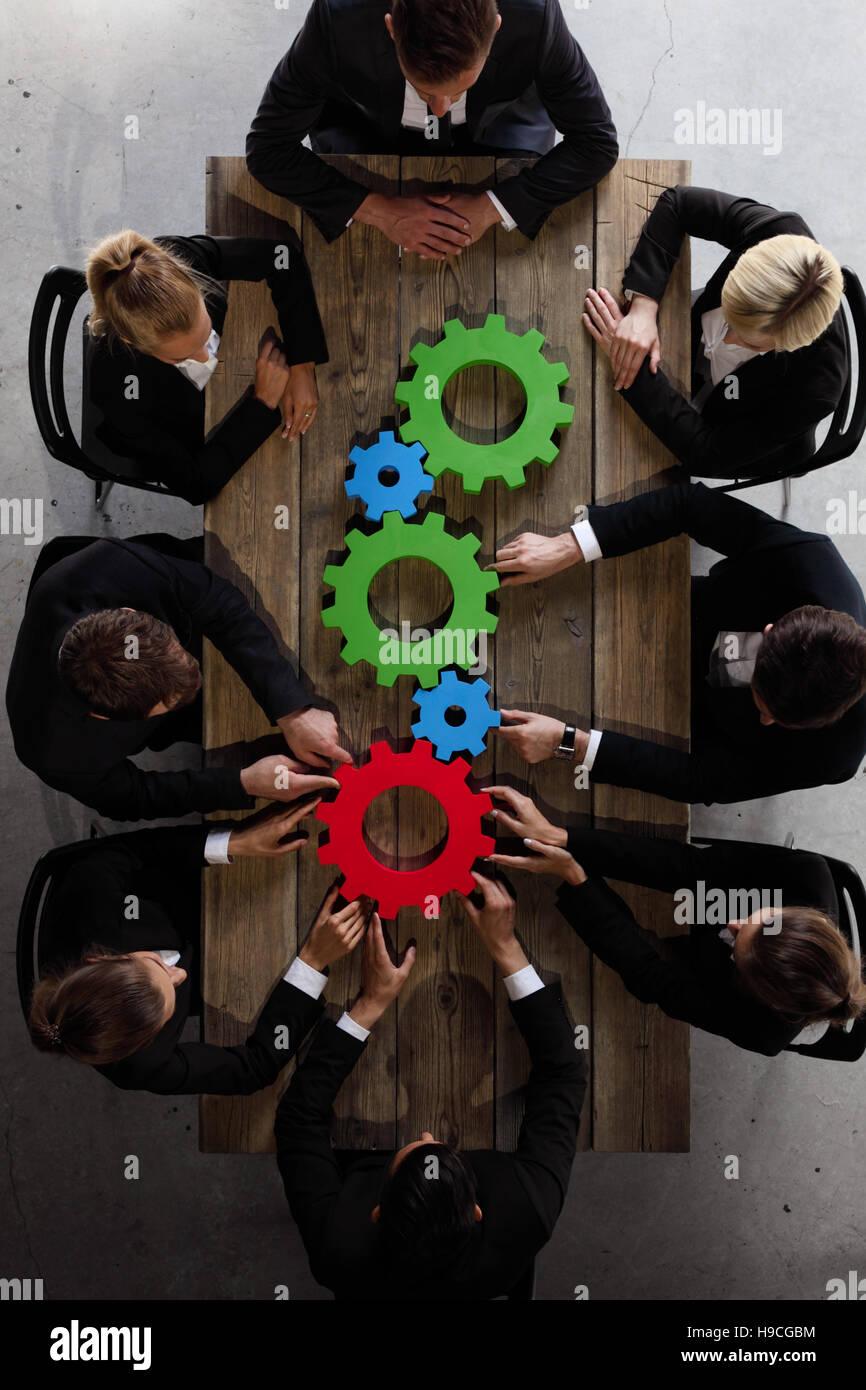 Business-Team und Zahnräder brainstorming-Sitzung Planungskonzept Stockbild