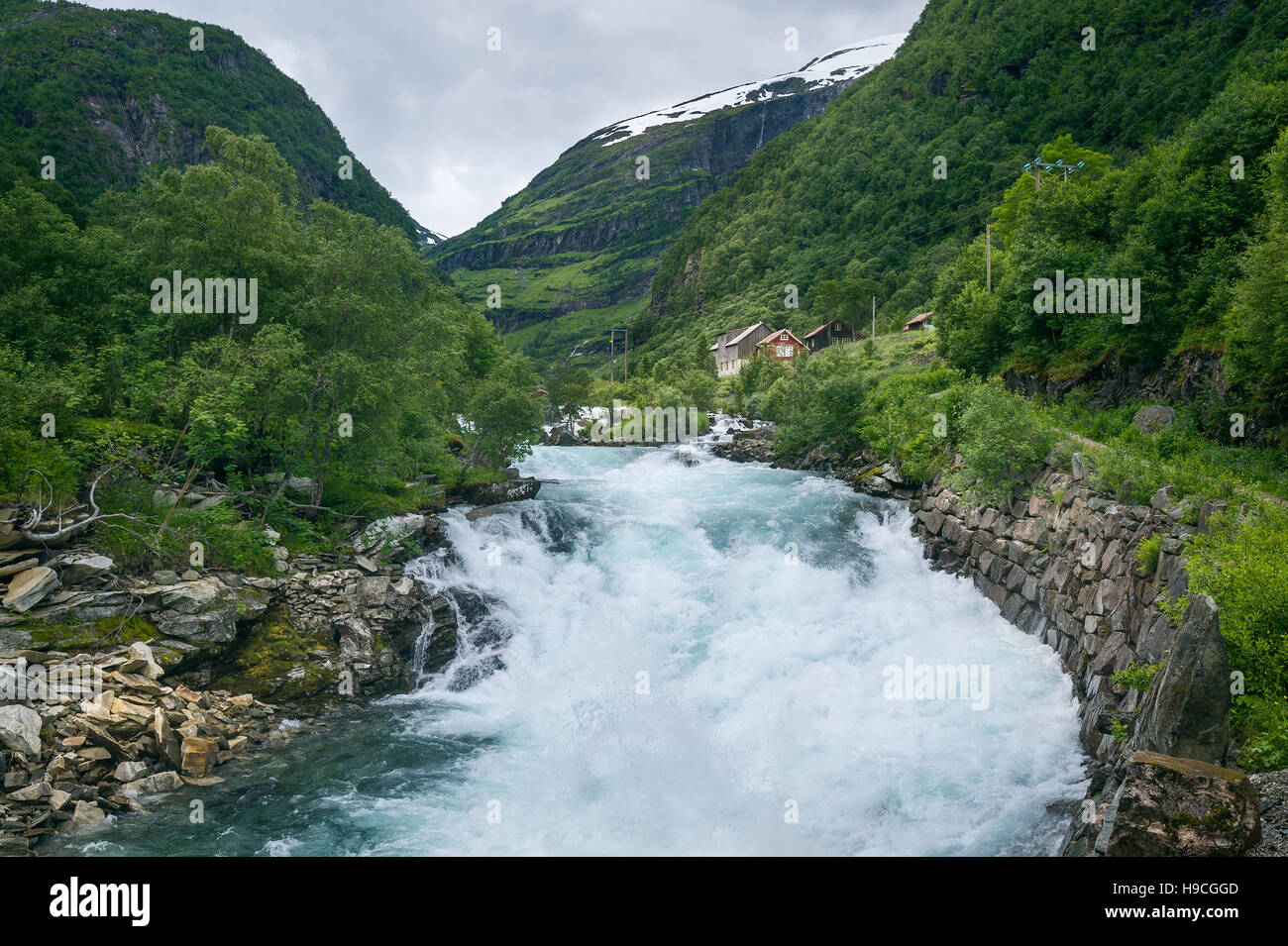 Norwegische Landschaft im ländlichen Raum mit schnellen Bergfluss Stockbild