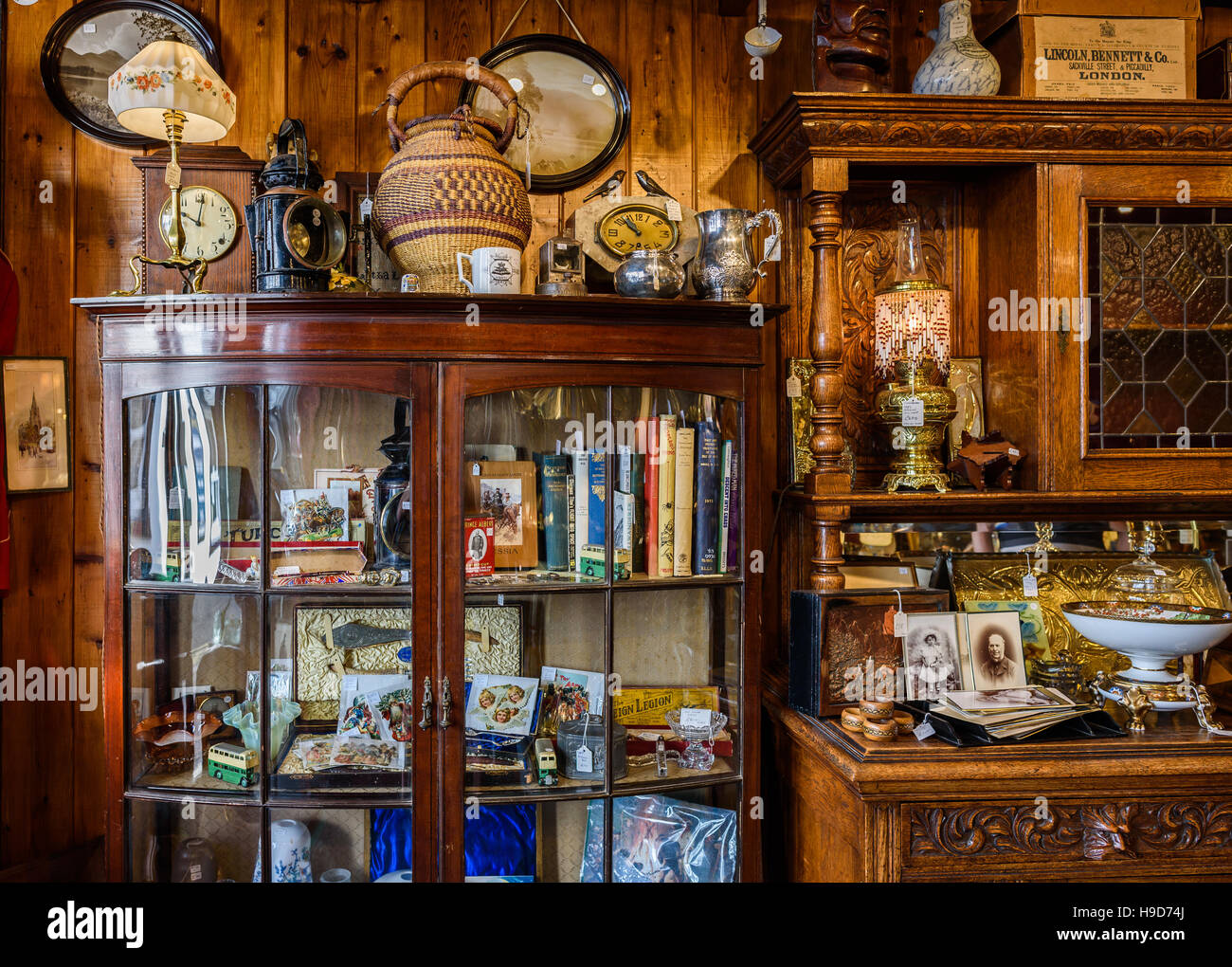 https://c8.alamy.com/compde/h9d74j/antiquitaten-shop-interieur-die-vintage-laden-verkauft-verschiedene-antiquitaten-und-vintage-objekte-h9d74j.jpg