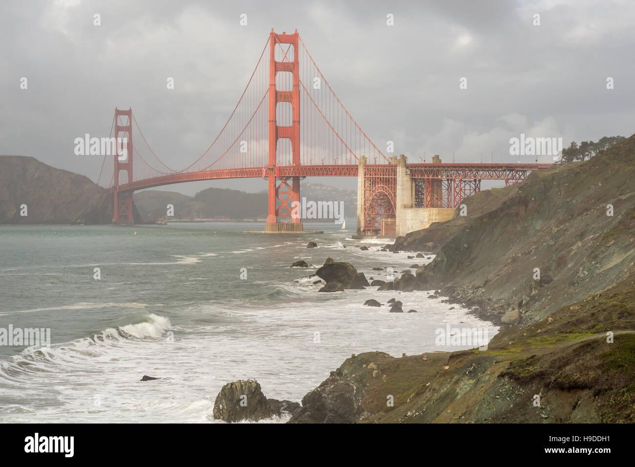 Stormy Skies auf die Golden Gate Bridge vom Presidio gesehen. Stockbild