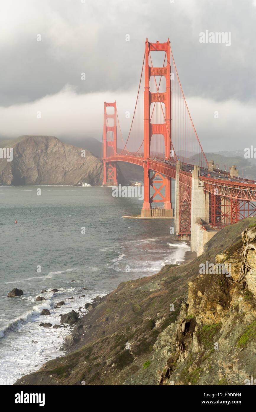 Stürmische Himmel auf der Golden Gate Bridge Stockbild