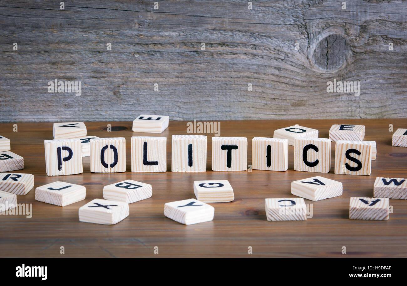 Politik aus Holz- letterson auf hölzernen Hintergrund Stockbild