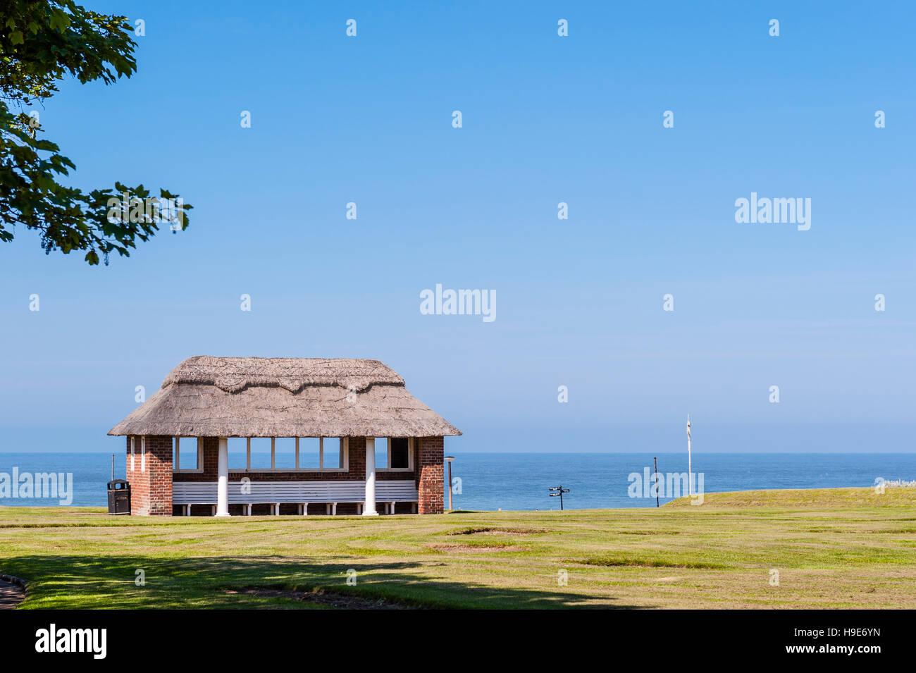 Ein Obdach und Platz zu sitzen an der Strandpromenade von Cromer, Norfolk, England, Großbritannien, Uk Stockbild