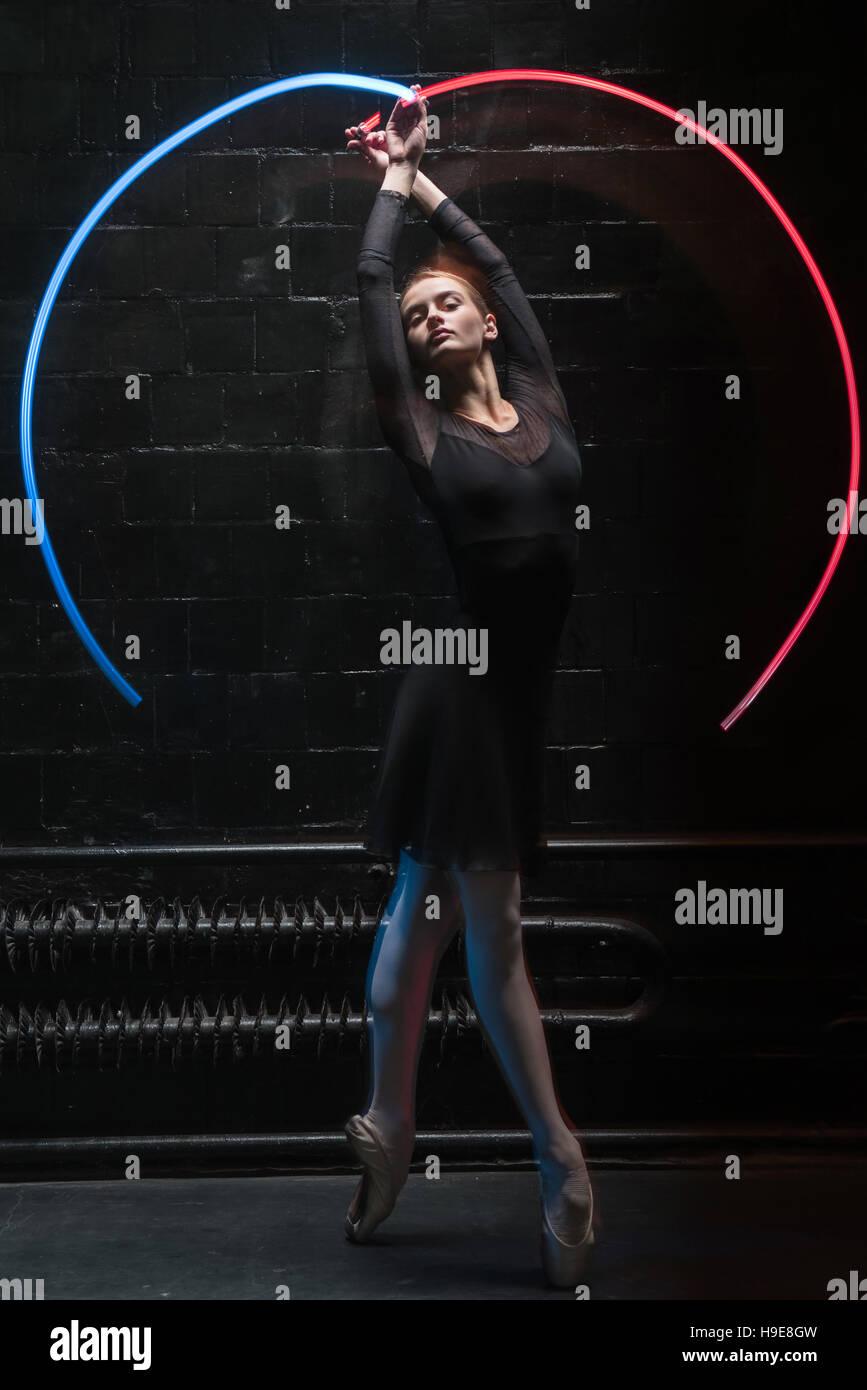 Angenehme Turnerin Durchführung mit einem bunten Gymnastik Band Stockbild