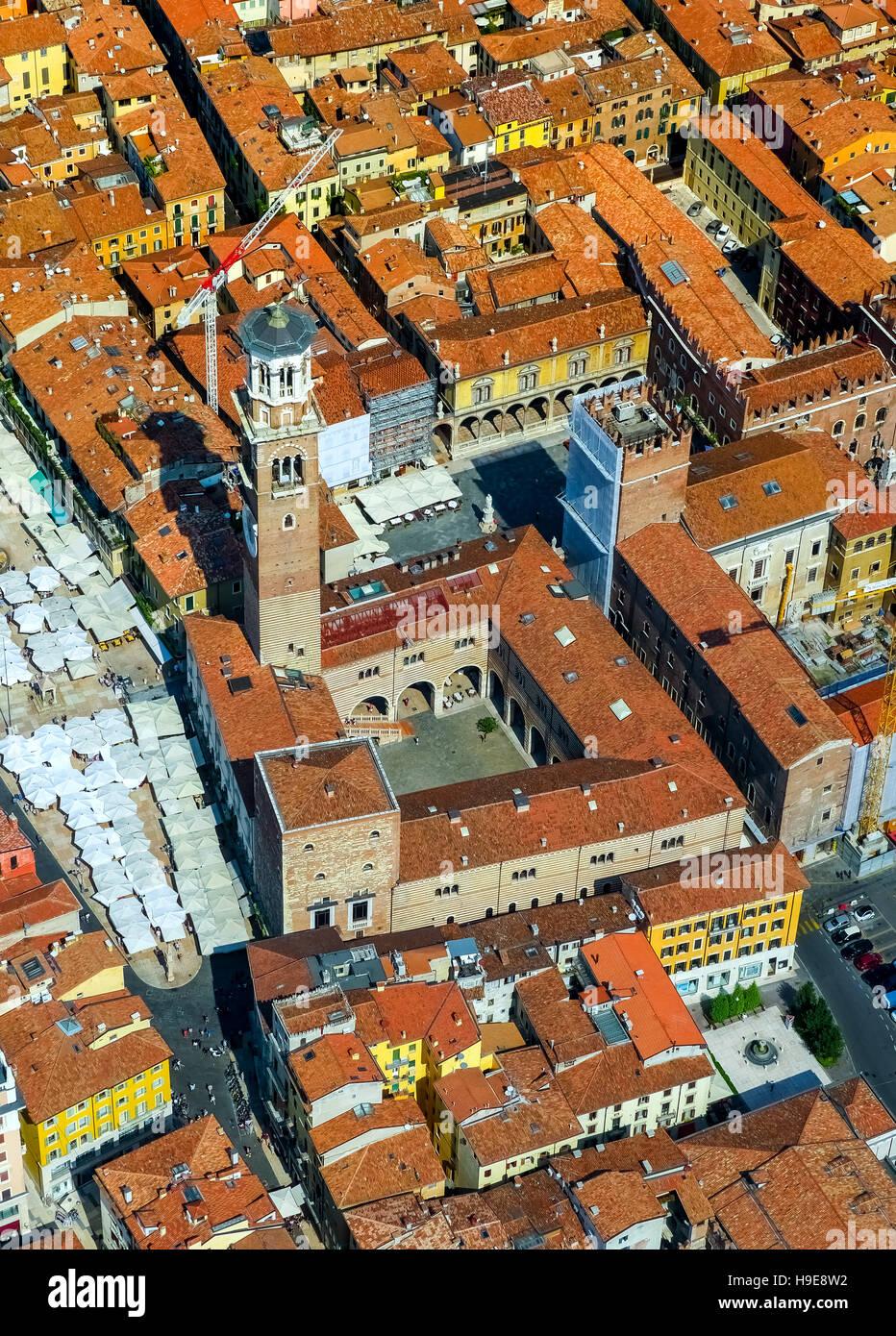 Luftbild, Piazza Delle Erbe, dem Marktplatz, Domus Mercatorum, Torre dei Lamberti, Zentrum von Verona, Nord-Italien, Stockbild