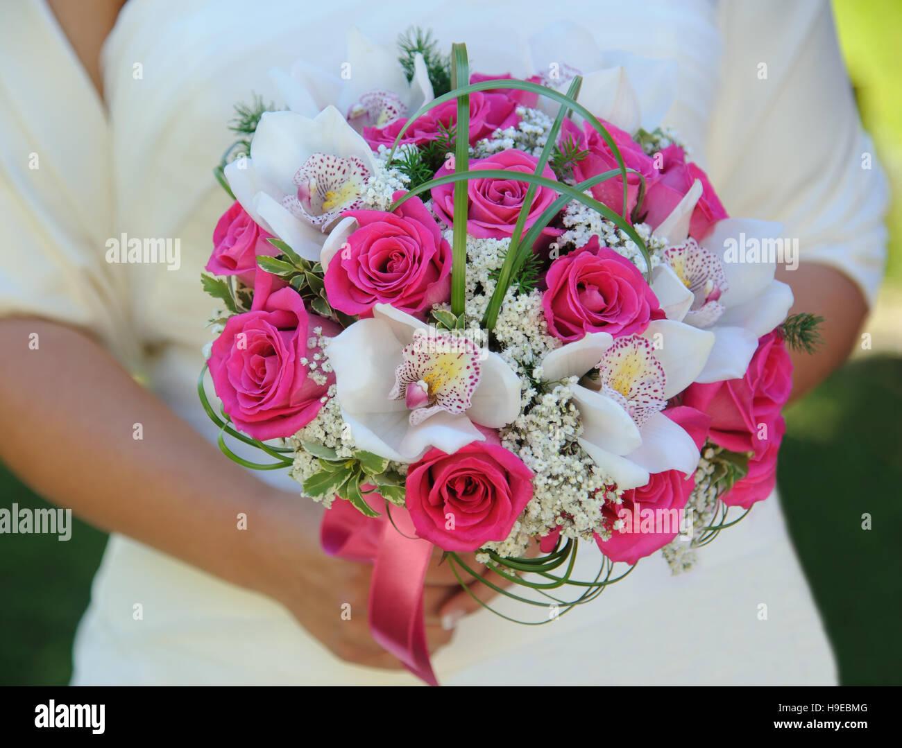 Brautstrauß mit rosa Rosen und Orchideen Stockbild
