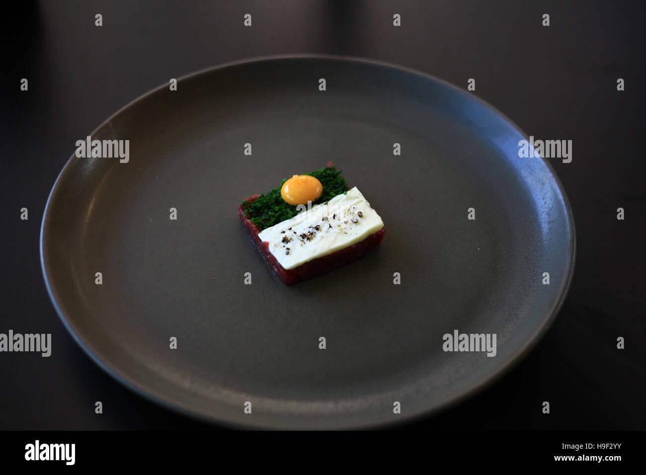 Wildbret-Tartar mit Wachtel Ei, Eigelb, Butter und Schnittlauch Stockbild