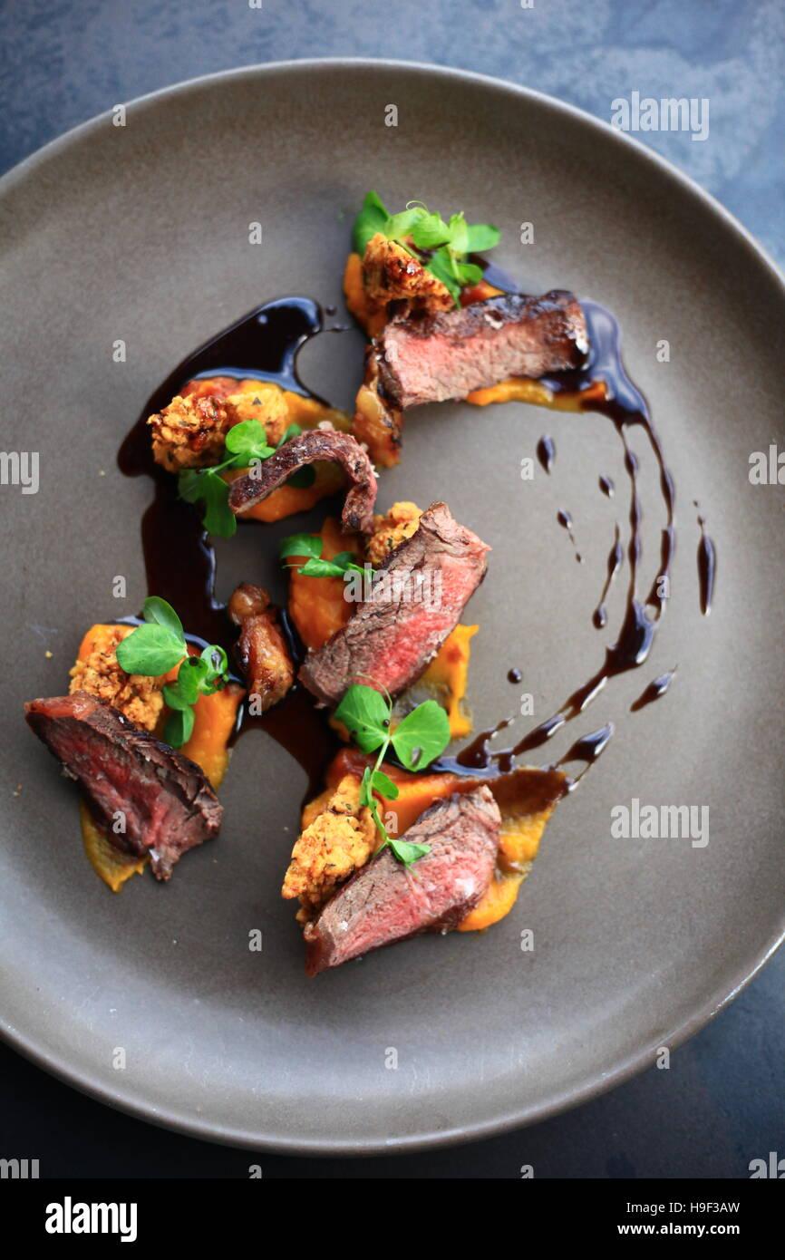 Txogitxu Steak mit Batat Creme, gebratene Kichererbsen und demiglace Stockbild