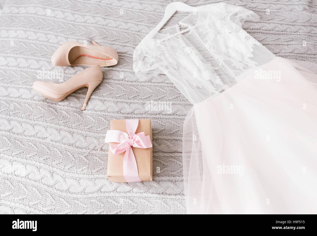 Weiße Hochzeitskleid und Schuhe auf dem Bett liegend Stockfoto, Bild ...