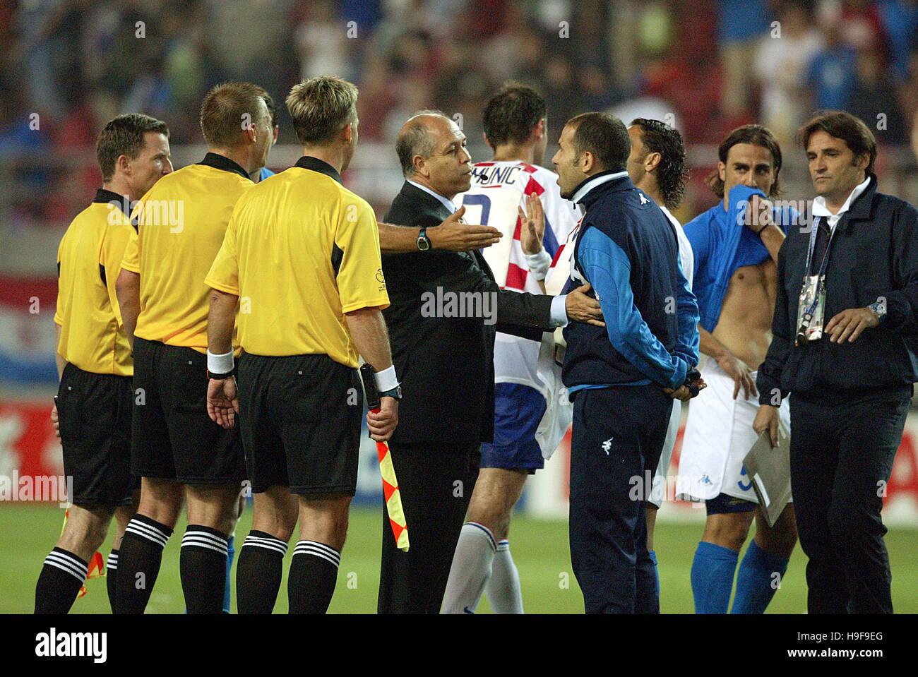 ITALIENISCHE Spieler KONFRONTIEREN REF Italien V Kroatien IBARAKI KASHIMA Stadion IBARAKI JAPAN 8. Juni 2002 Stockbild