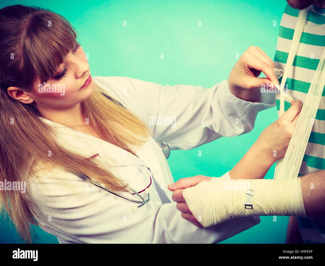Medizin Und Pflege ärztin Bandagierung Männliche Handgelenk