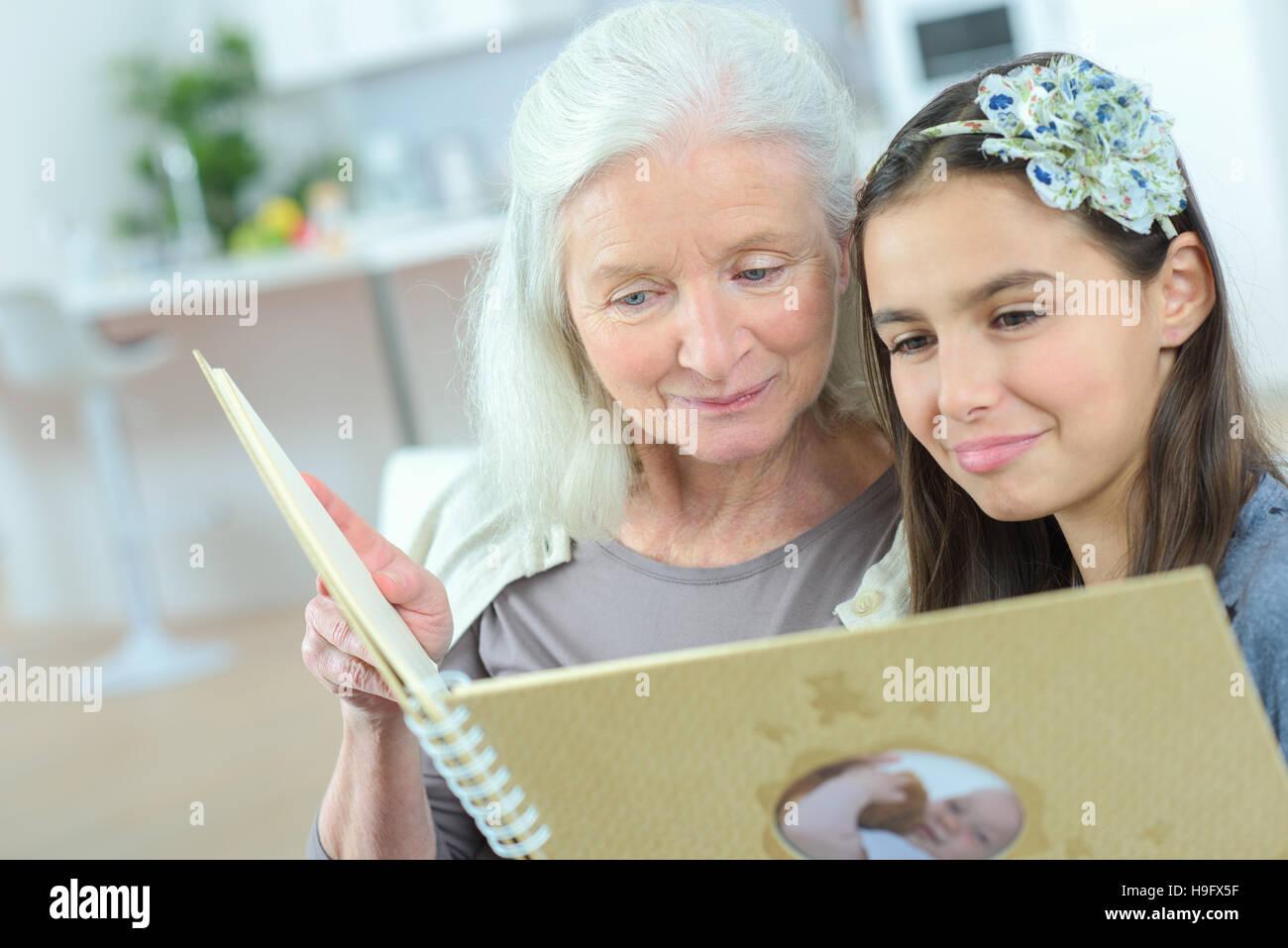 Oma Mit Enkelin Zusammen Zeichnen Stockfoto Bild 126354299 Alamy
