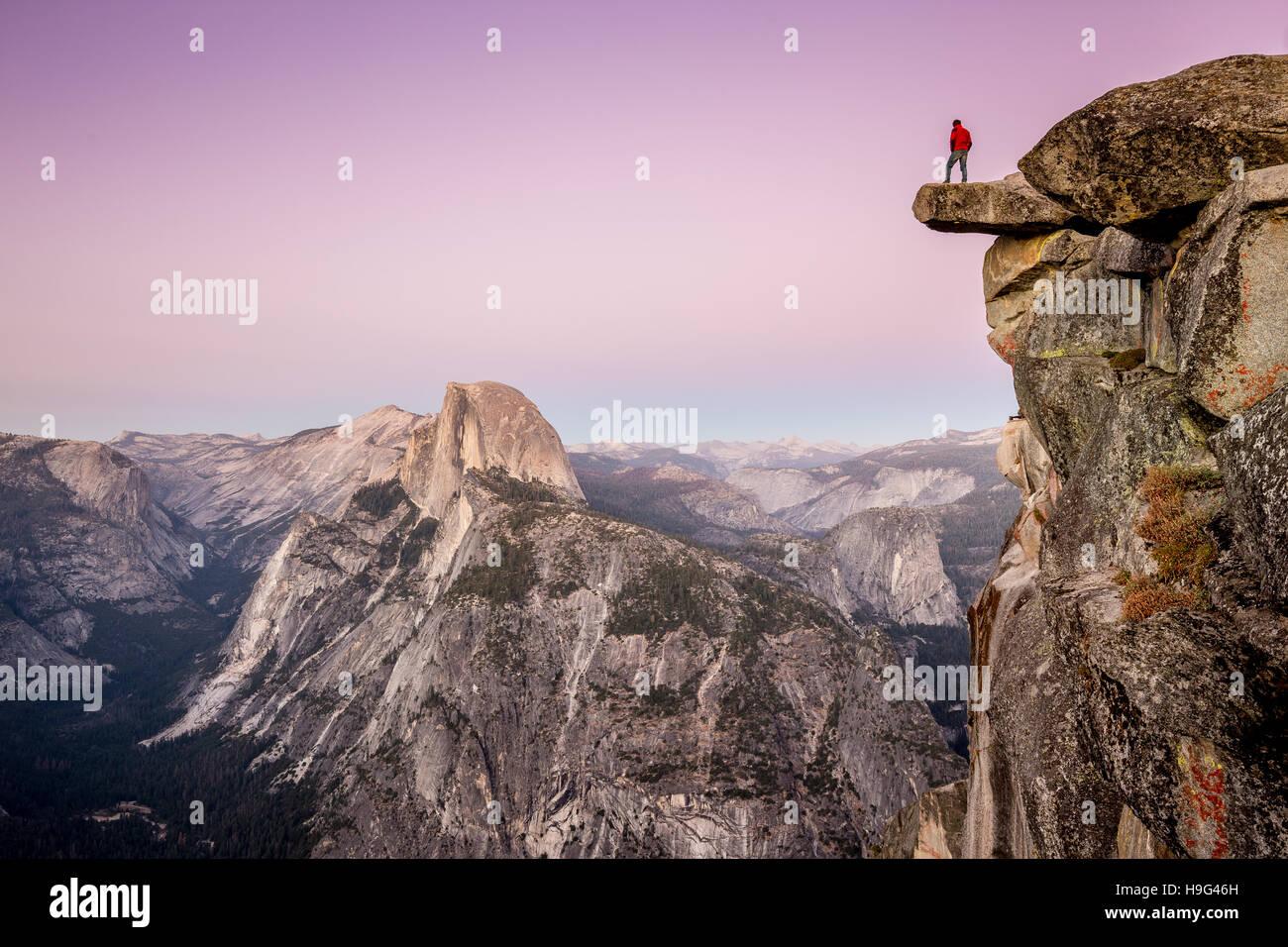 Ein furchtloser Wanderer steht auf überhängenden Fels am Glacier Point genießen den Blick über Stockbild