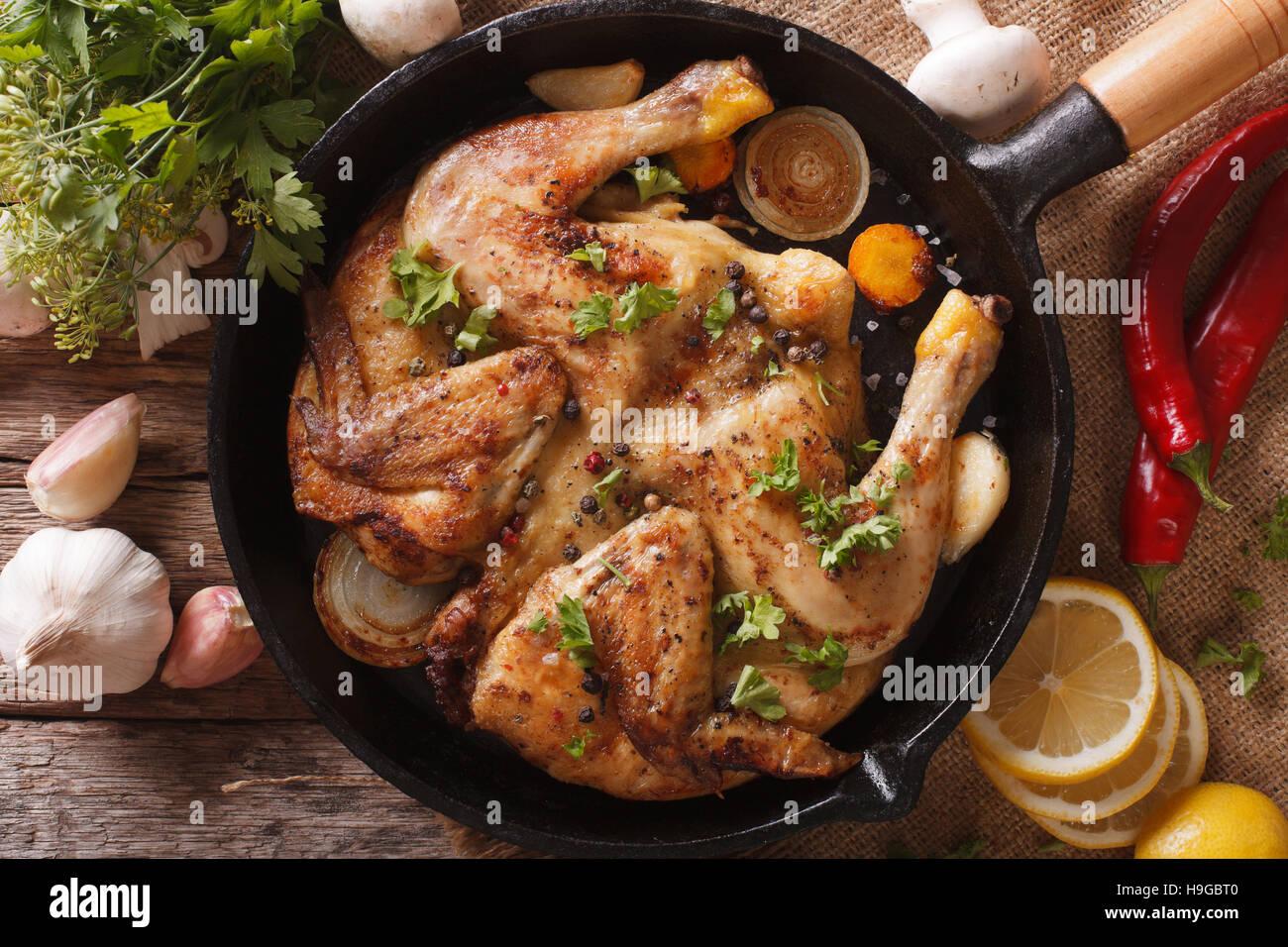 Fried Chicken Tabak mit Gemüse-close-up auf dem Tisch. horizontale Ansicht von oben Stockbild