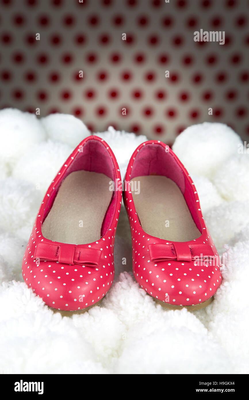 6d5edd270b0de3 Porträt von ein paar lackierte Schuhe für kleine Mädchen Stockfoto ...