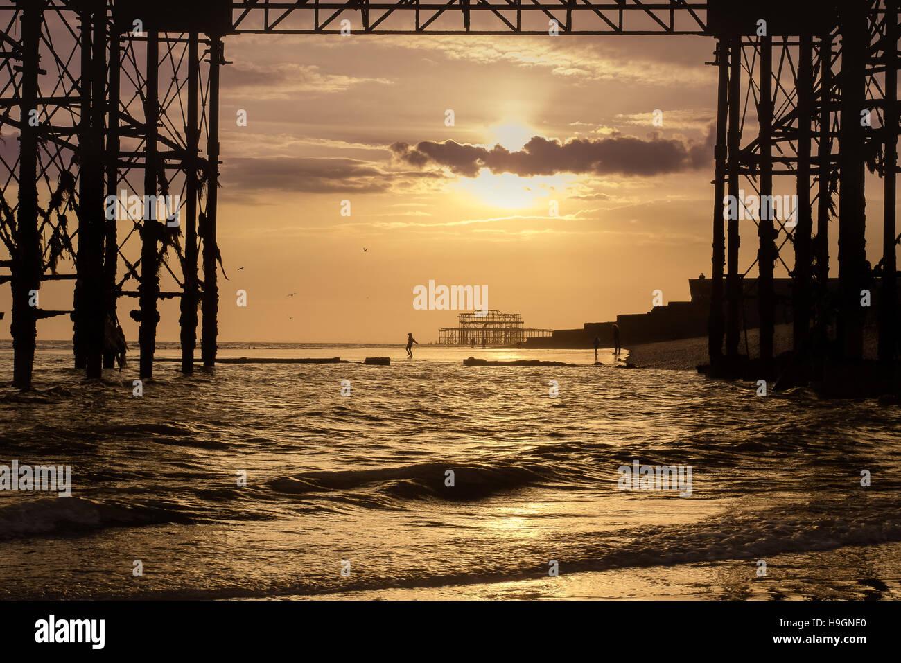 Unter dem Brighton Pier bei Ebbe in Brighton Stockbild
