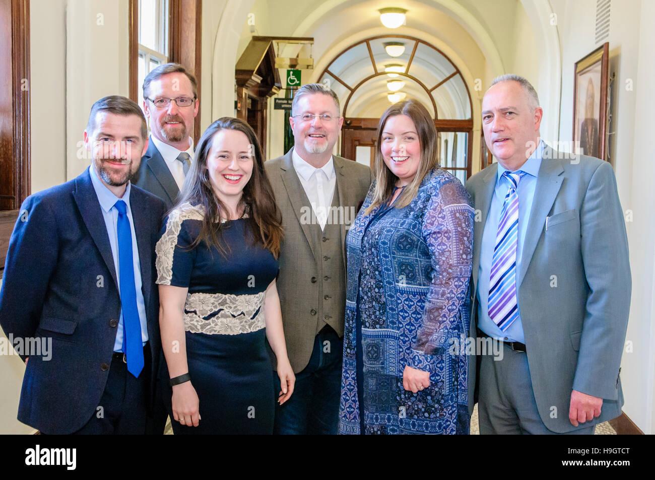Belfast Sinn Féin Stadträte David Bell, Gerry McCabe, Charlene O'Hara, Jim McVeigh, Deidre Hargey Stockbild