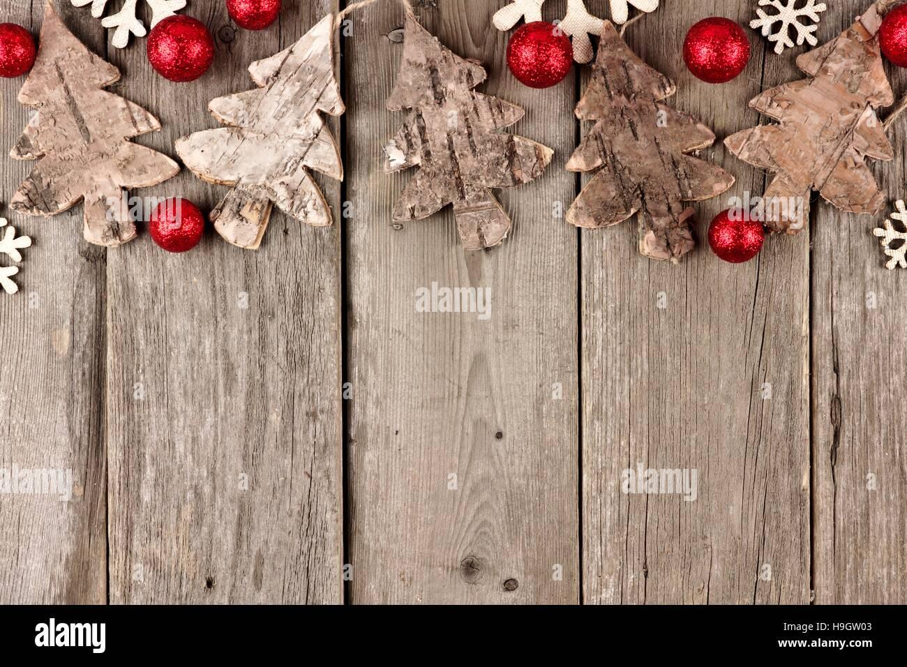 Rustikale Weihnachten oberen Rand mit Holz Ornamente und roten ...