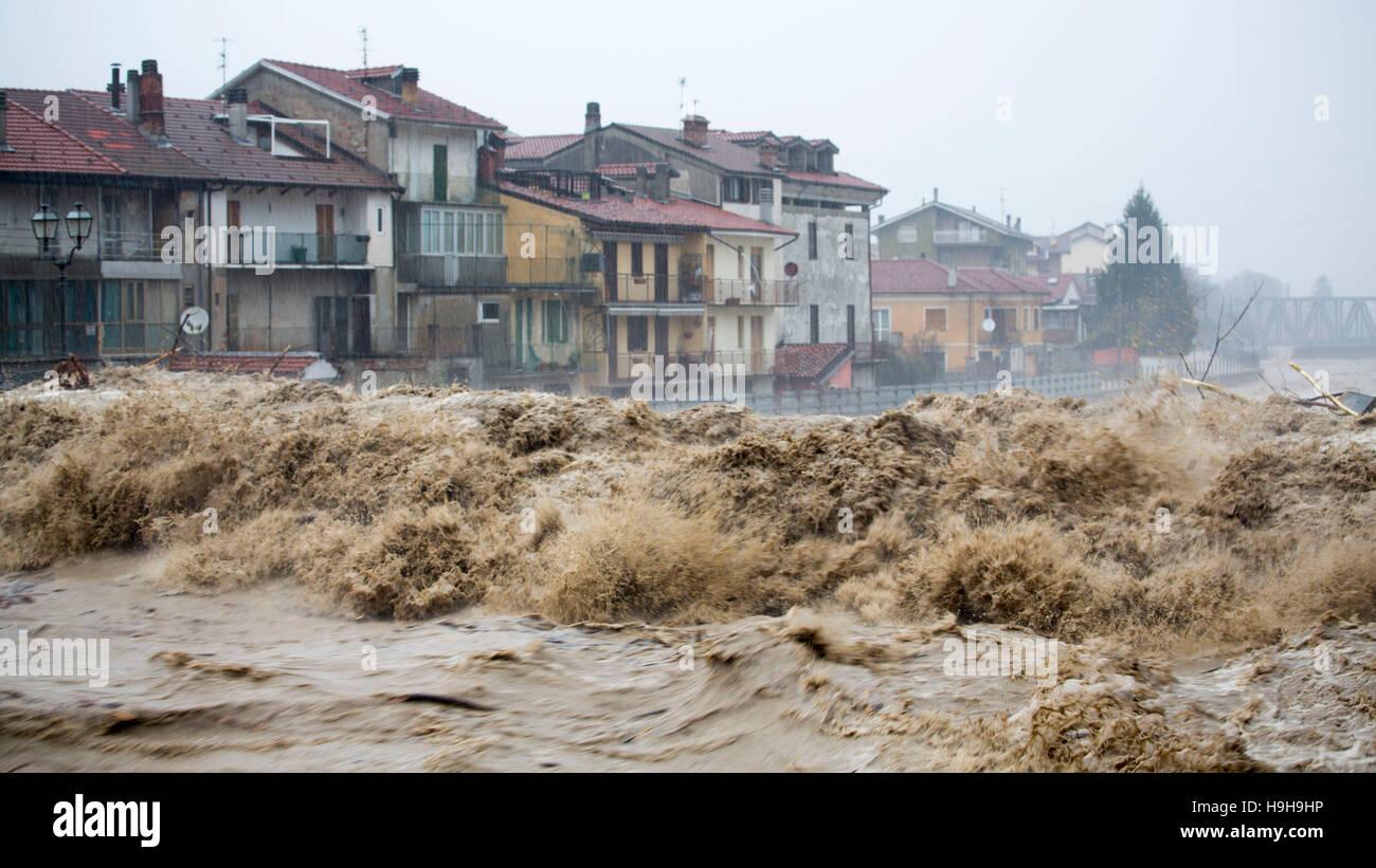 Piemont, Italien. 24. November 2016. Eine Welle von Wasser und Schlamm des Flusses Tanaro, die seine Ufer in Garessio Stockbild