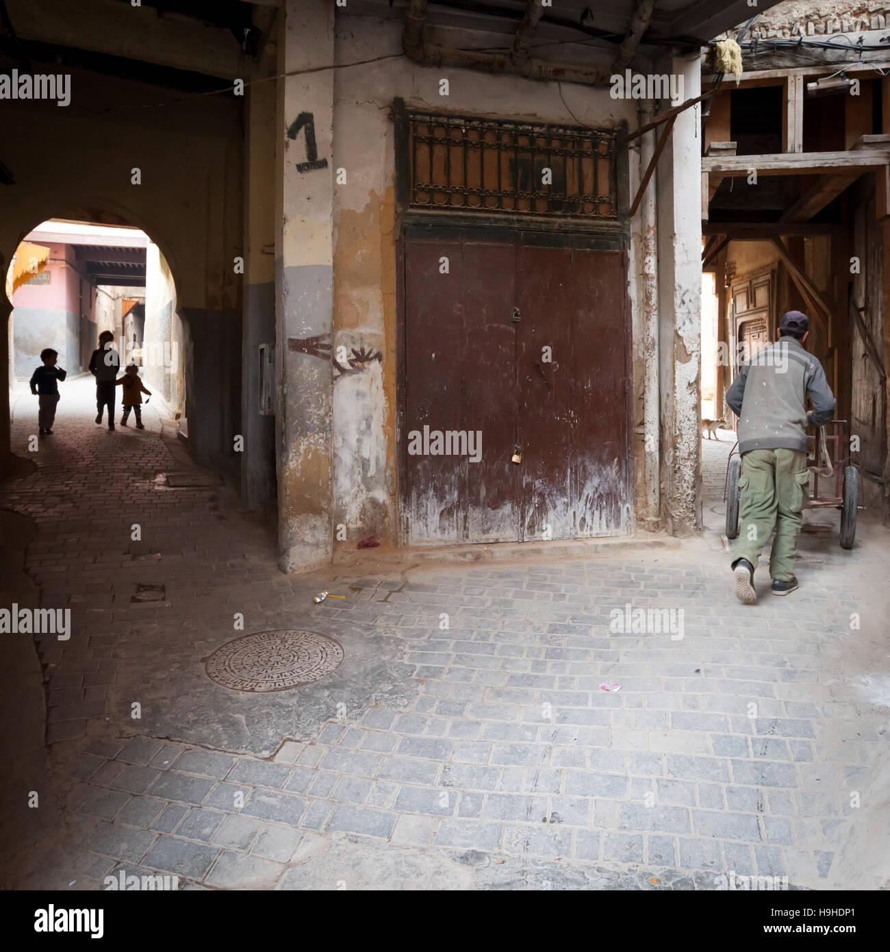 Typische Gasse Kreuzung in Fès, Marokko Stockfoto