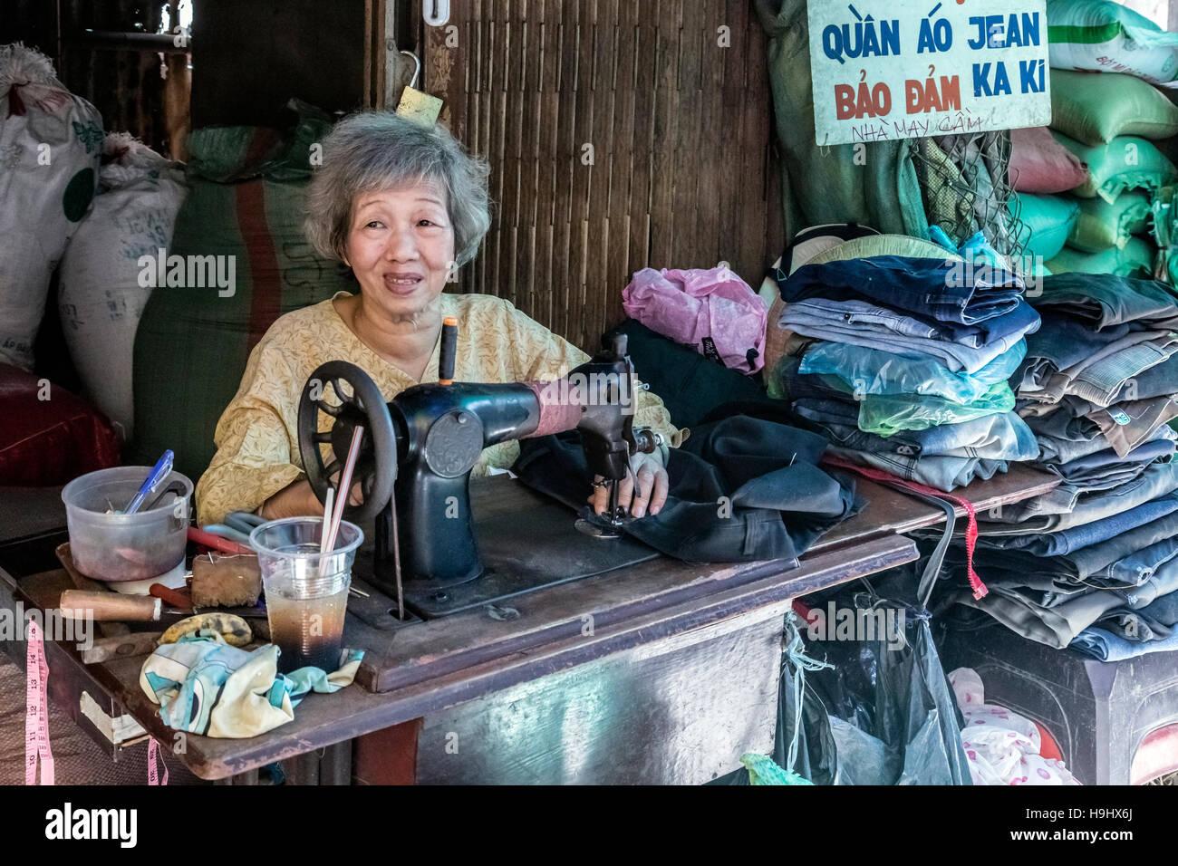Schneiderin auf einem lokalen Markt in Vinh Long, Mekong Delta, Vietnam, Asien Stockfoto