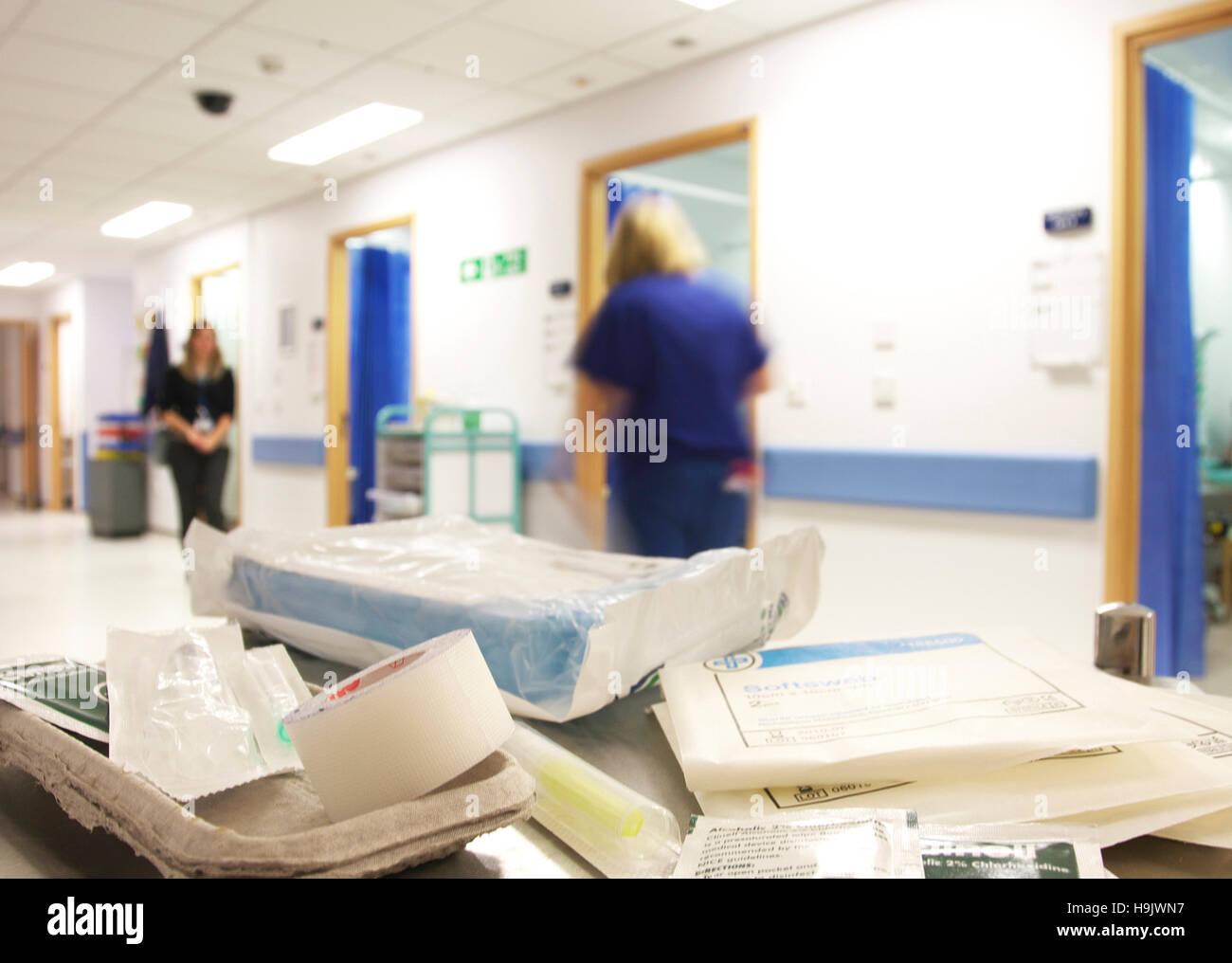 Beschäftigt Unfall- und Notaufnahme in einem britischen NHS Krankenhaus mit Bewegungsunschärfe von Krankenschwestern Stockbild