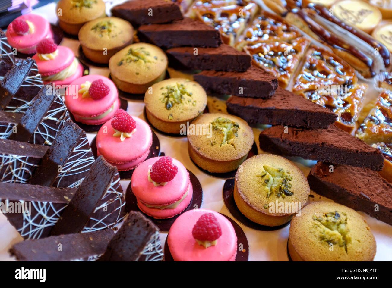 Wüsten-Auswahl-Cup cakes, Himbeer Makronen, Schokolade Kuchen Stockbild